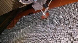 станок гидроабразивной резки выполняет раскрой мозайки согласно чертежу
